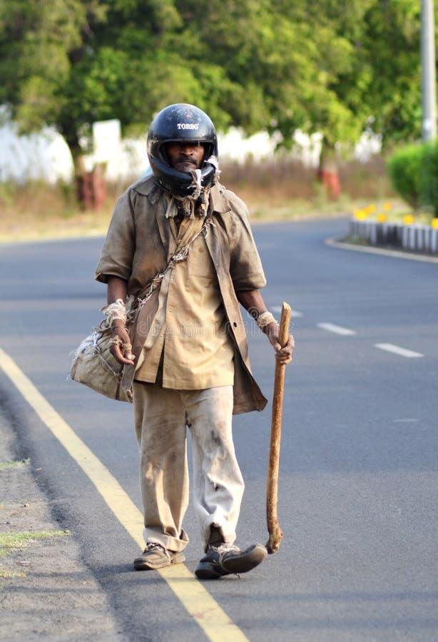 Een krankzinnige dakloze Indische mens stock foto
