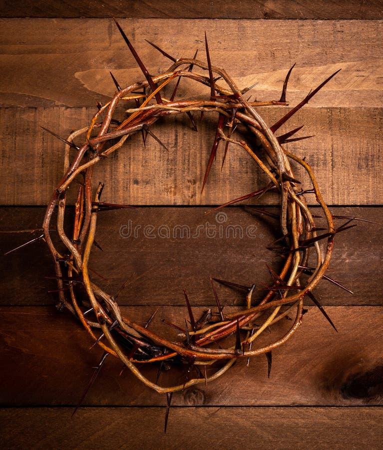 Een kroon van doornen op een houten achtergrond Het thema van Pasen stock afbeelding