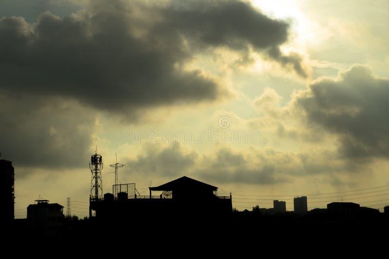 Een krottenwijk in een grote stad op een bewolkte dag stock foto