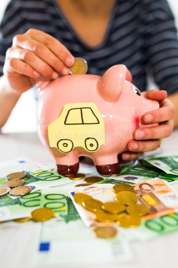 Een kruik van de handholding geld De hand van vrouwen zet geld in spaarvarken Selectieve nadruk royalty-vrije stock afbeelding
