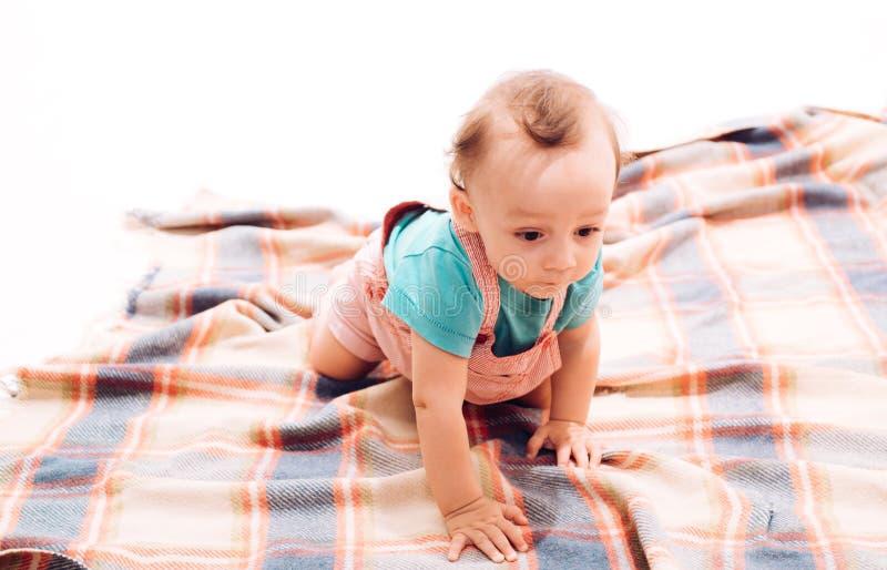 Een kruipend kind Aanbiddelijke kleine baby De leuke baby kruipt op vloer Vrolijk klein jong geitje Vroege kinderjarenontwikkelin stock foto's