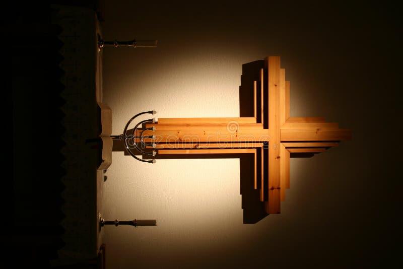 Een kruis over een altaar stock foto's