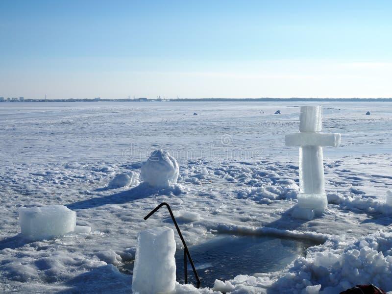 Een kruis voor een ijs-gat In het ijs vyrabany kruis Vóór de het baden rite Godsdienstig feest van Epiphany stock fotografie