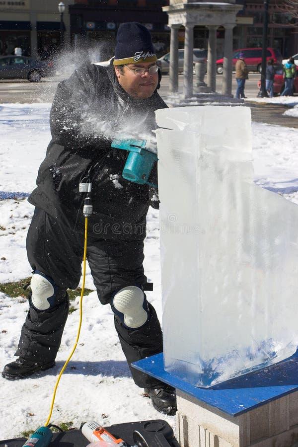 Een kunstenaar die een blok van ijs snijdt royalty-vrije stock afbeeldingen
