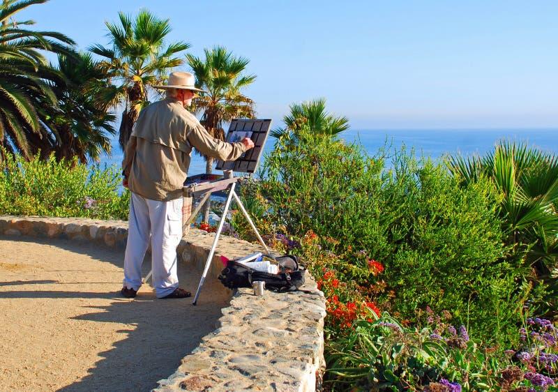 Een kunstenaar die in Heisler-Park, Laguna Beach schilderen C royalty-vrije stock afbeelding
