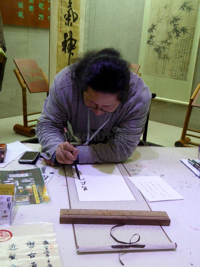 Een kunstenaar het schrijven kalligrafie royalty-vrije stock foto's