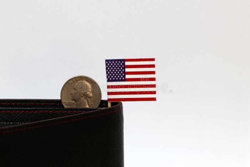 Een kwart Amerikaanse dollarmuntstukken op obvers USD en de minivlag van de V.S. plakken op de zwarte portefeuille met witte acht stock afbeelding