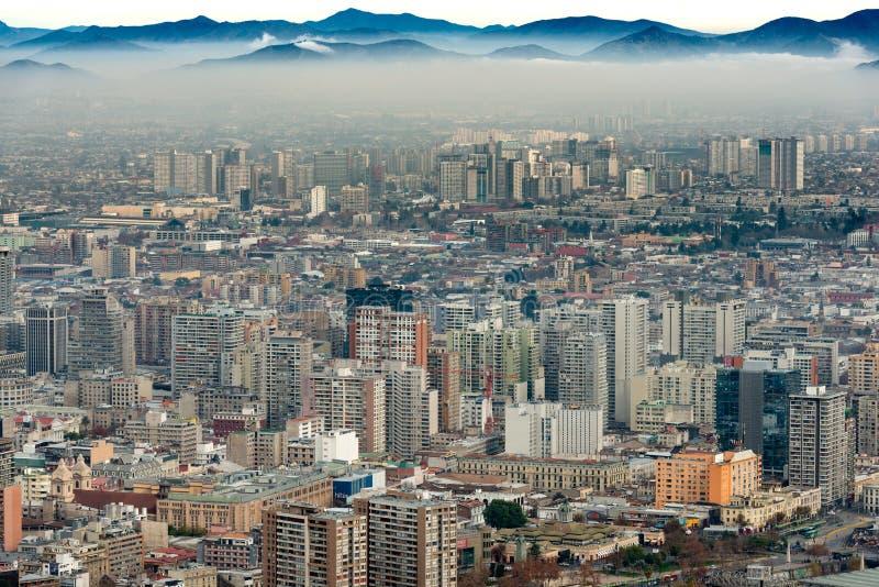 Een laag van smog behandelt Santiago van de binnenstad stock afbeelding