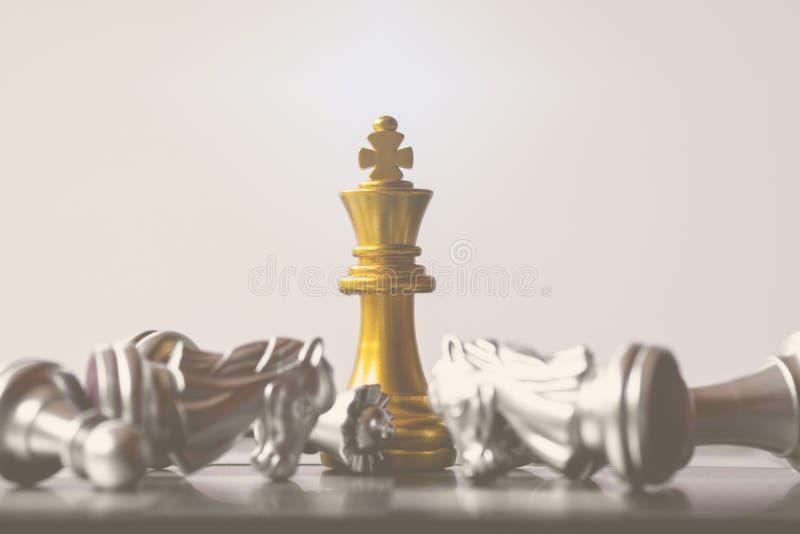 Een laatste tribune van de schaakkoning als ware winnaar Het concept van het geldspel royalty-vrije stock fotografie