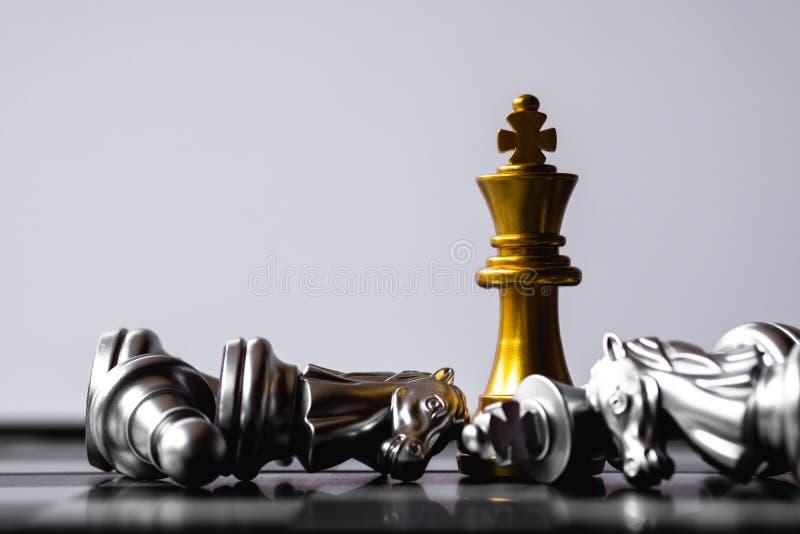 Een laatste tribune van de schaakkoning als ware winnaar Het concept van het geldspel De ruimte van het exemplaar stock foto