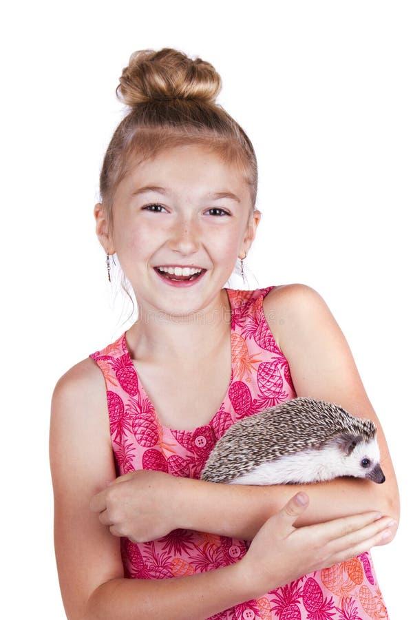 Een lachend jong meisje die pret met haar huisdierenegel hebben stock afbeelding