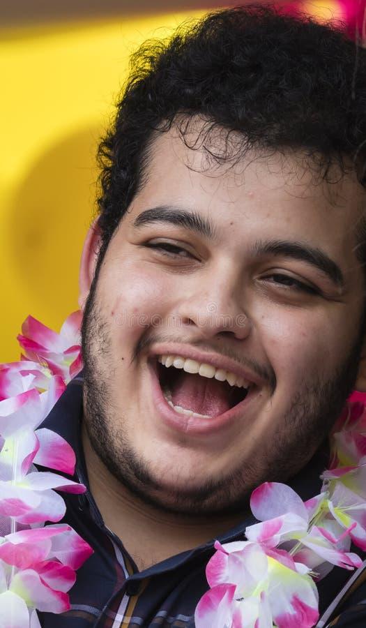2019: Een lachende mens die die de Gay Pride-parade bijwonen ook als Christopher Street Day-CDD in München, Duitsland wordt beken royalty-vrije stock foto's