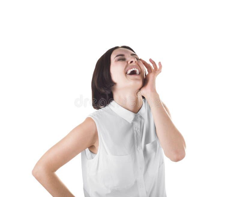 Een lachende vrouw in een witte die blouse, op een witte achtergrond wordt geïsoleerd Een positieve donkerbruine dame glimlacht H royalty-vrije stock afbeelding