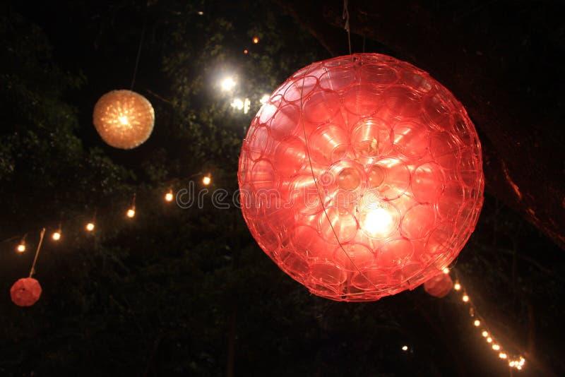 Een lamp van gerecycleerde plastic glazen wordt gemaakt dat stock foto's