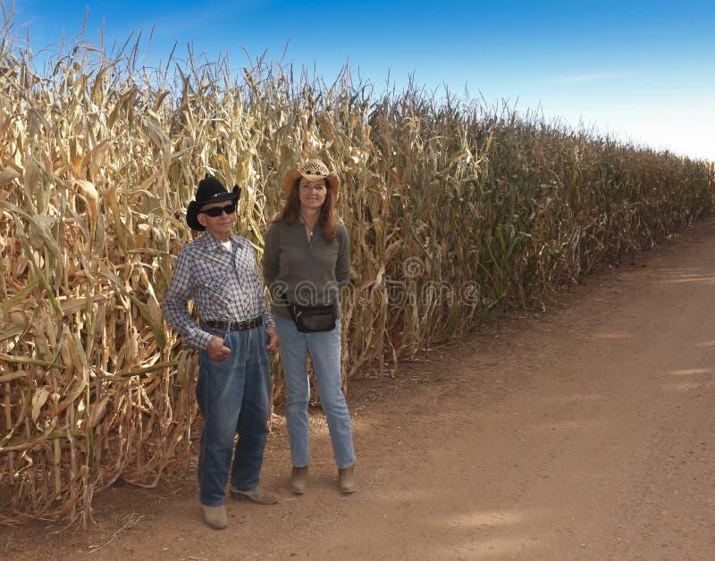 Een Landbouwer en Zijn Dochtertribune door Cornfield stock foto