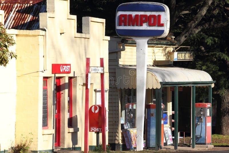 Een landelijke opslag - benzinestation Ampol stock afbeeldingen