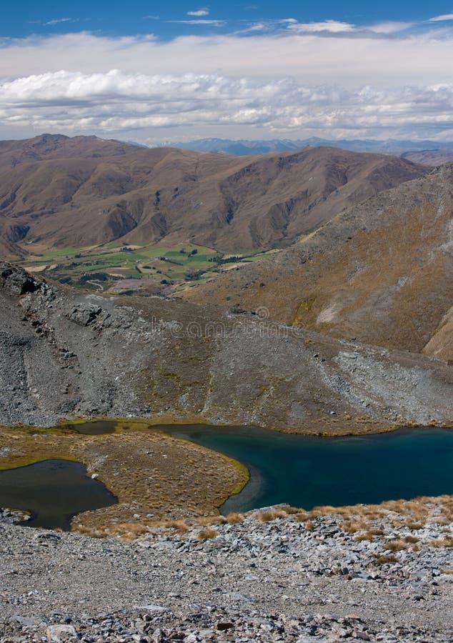 Een landschap met bergen en een meer bij de bovenkant van Remarkables Ski Resort dichtbij Queenstown in Nieuw Zeeland stock foto