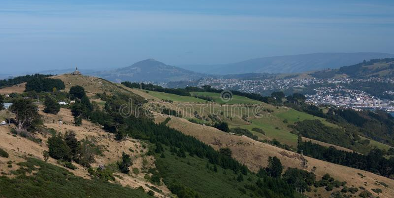 Een landschap met heuvels en weiden in Otago-Schiereiland dichtbij Dunedin in het Zuideneiland in Nieuw Zeeland royalty-vrije stock foto's