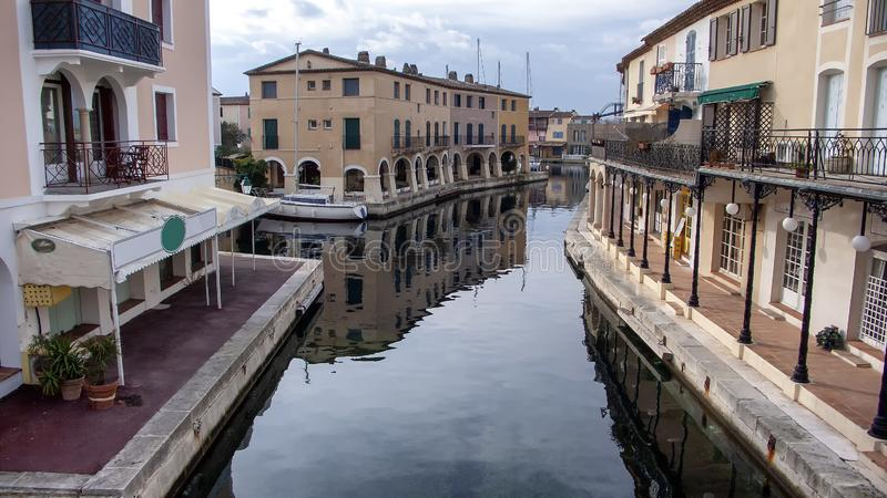 Een landschap met inbegrip van gebouwen naast een kanaal stock foto's