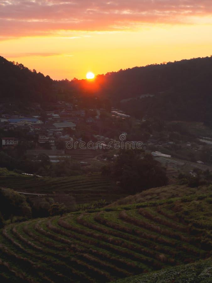 Een landschap van bergen en zonsondergang stock foto