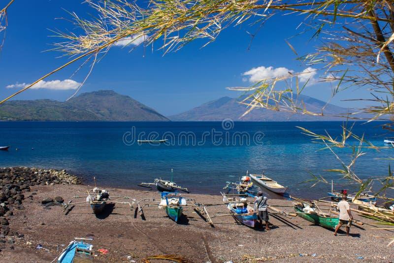 Een Landschap van bergmening, zeegezicht en het strand van Larantuka, het Oosten Nusa Tenggara, Indonesië stock afbeelding