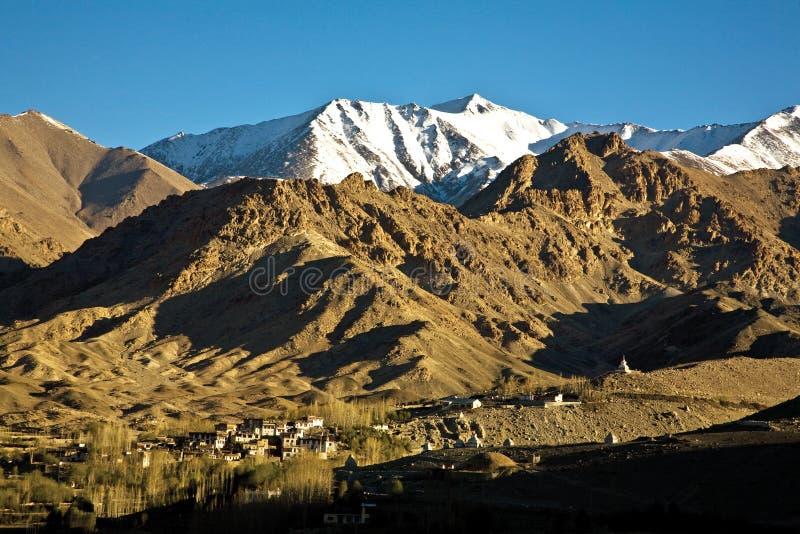 Een landschap van een dorp dichtbij Leh, Ladakh, Jammu en Kashmir, India royalty-vrije stock foto's