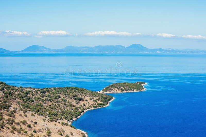 Een landschap van Grieks Eiland Kefalonia tegen de blauwe hemel en verre eilanden op de achtergrond stock afbeelding
