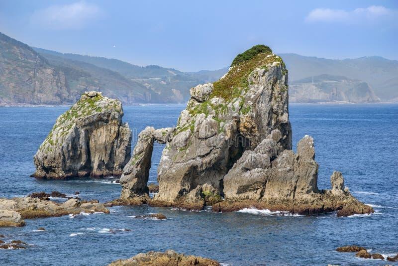 Een landschap van hemel-rots bergen en overzees stock foto
