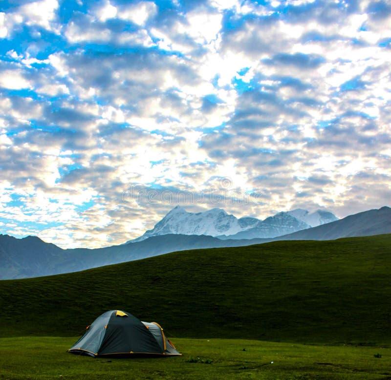 Een landschap van Trishul Masiff stock foto's