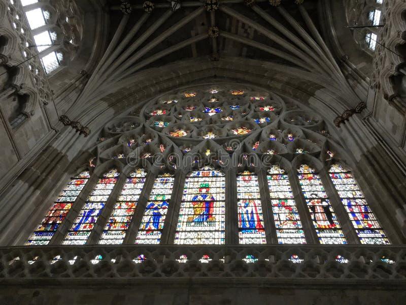 Een landschapsfoto van een gebrandschilderd glasvenster in een Kathedraal die Godsdienstige Mensen tonen royalty-vrije stock fotografie