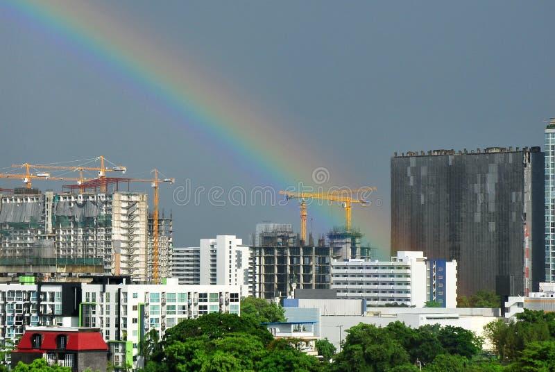 Een landschapsnatuurverschijnsel van de regenboog stock afbeeldingen