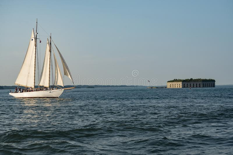Een Lang schip in de Casco-Baai in Portland, Maine stock fotografie