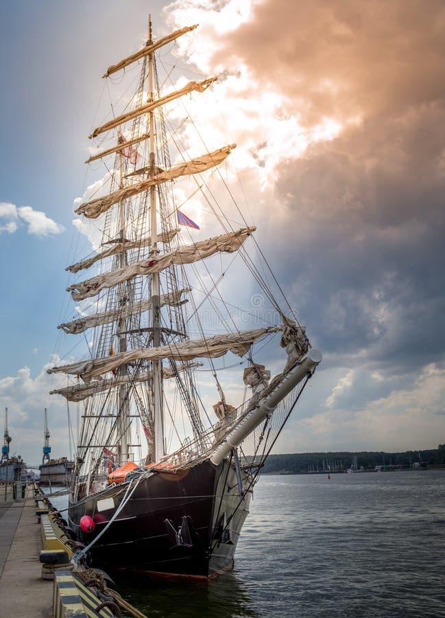 Een lang schip in haven royalty-vrije stock fotografie