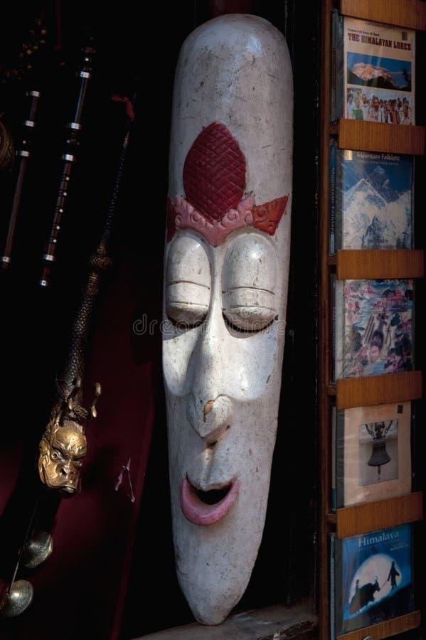 Download Een Lang Wit Houten Masker In Een Antieke Winkel, Nepal Redactionele Stock Afbeelding - Afbeelding bestaande uit carnaval, handmade: 107701769