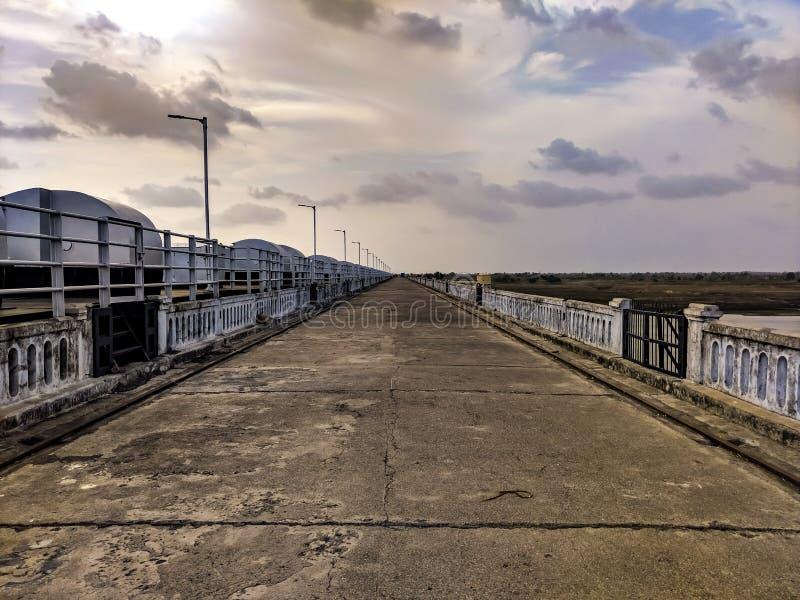 Een lange brug stock foto's