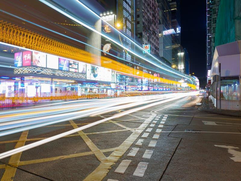Een lange die blootstelling van de Middenwegkruising wordt geschoten met Nathan Road in Hong Kong stock foto