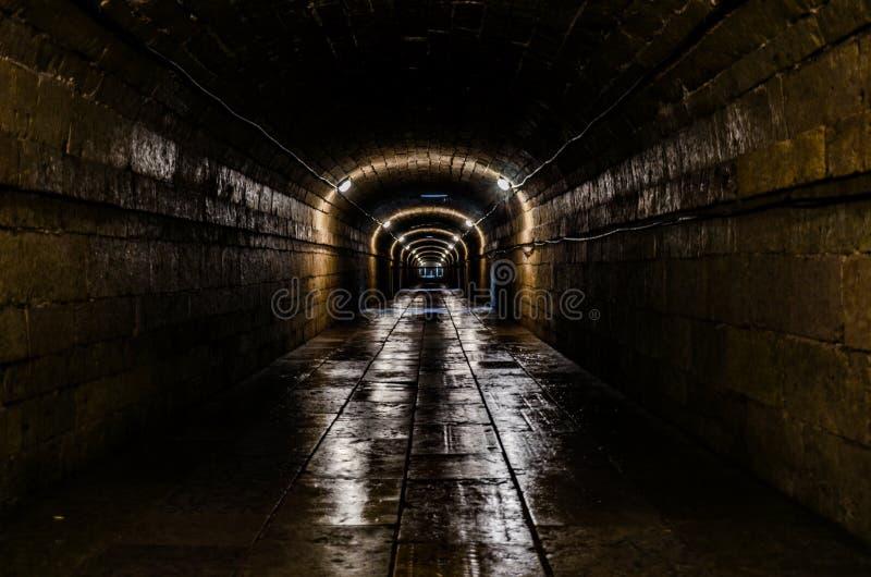 Een lange ondergrondse tunnel stock fotografie