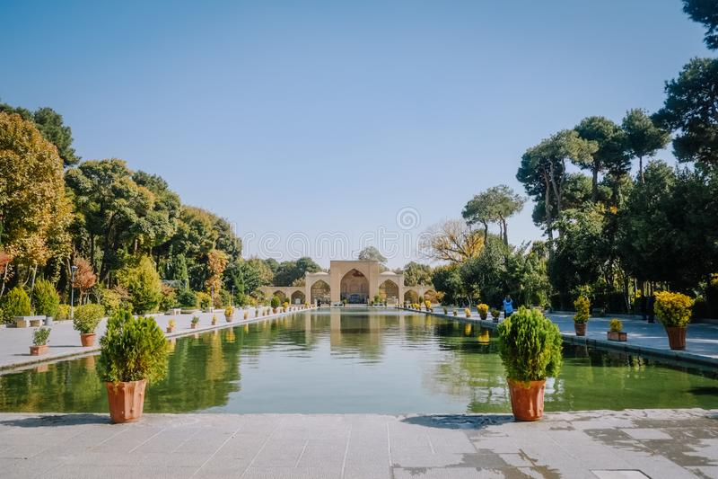 Een lange pool voor het oude paleis van Chehel Sotoun Isphahan, Iran royalty-vrije stock afbeelding