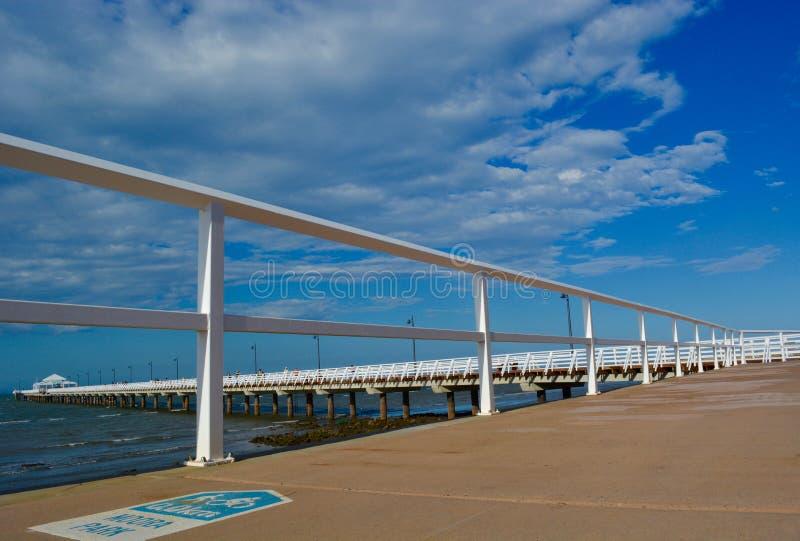 Een lange witte pier in Sandgate royalty-vrije stock foto's