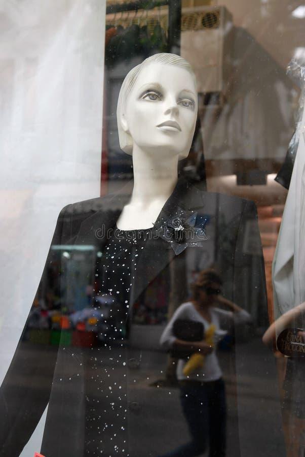 Download Een Ledenpopvrouw In Zwarte Kleren Door Een Glas In De Oppervlakte Waarvan De Lopende Mensen Worden Weerspiegeld Stock Afbeelding - Afbeelding bestaande uit null, interesting: 107702009