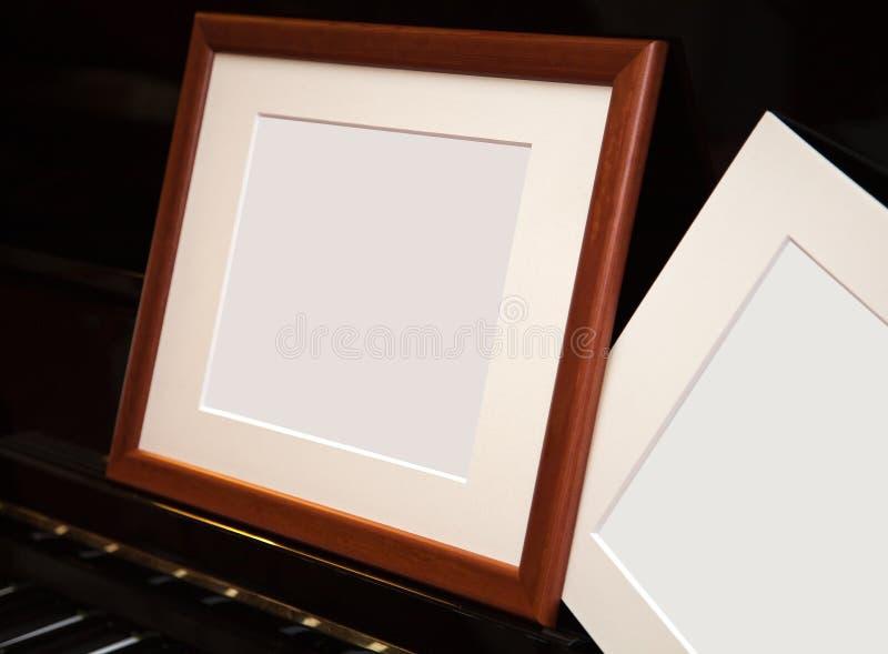 Download Een Leeg Frame Op Een Pianoforte Stock Foto - Afbeelding bestaande uit horizontaal, close: 29508370