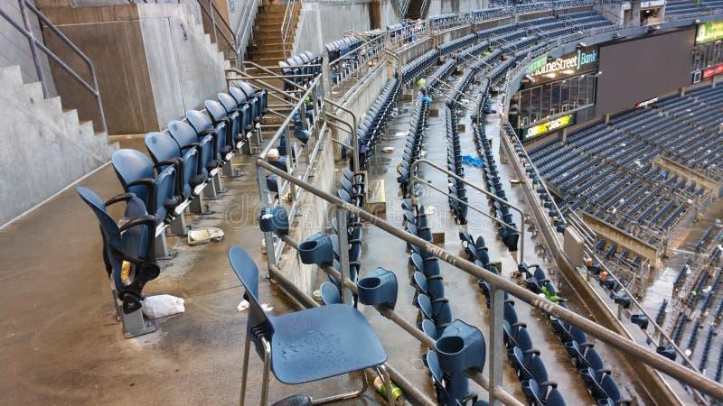 Een leeg stadion na een voetbalspel stock afbeelding