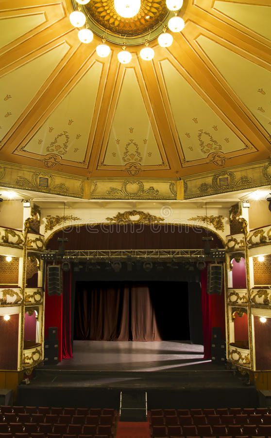 Een leeg stadium van een oud theater royalty-vrije stock foto's