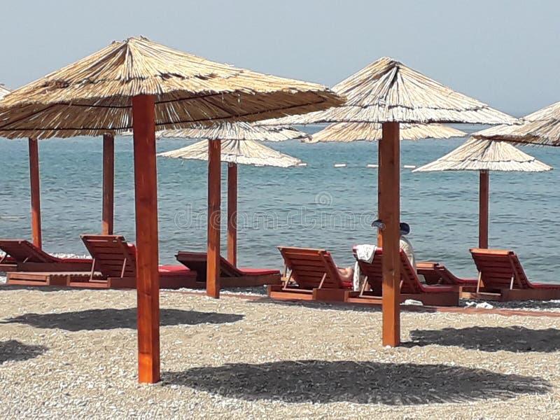 Een leeg strand in de ochtend stock afbeeldingen