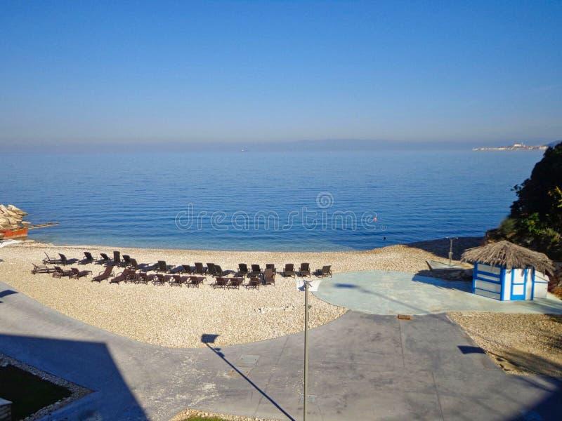 een leeg strand met stoelen stock afbeeldingen
