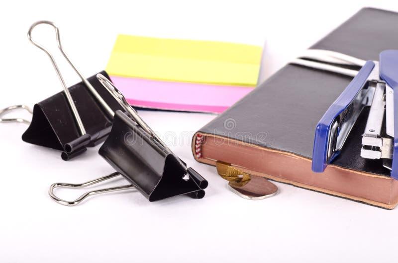 Een leer bond agendanotitieboekje en kantoorbehoeften stock afbeelding