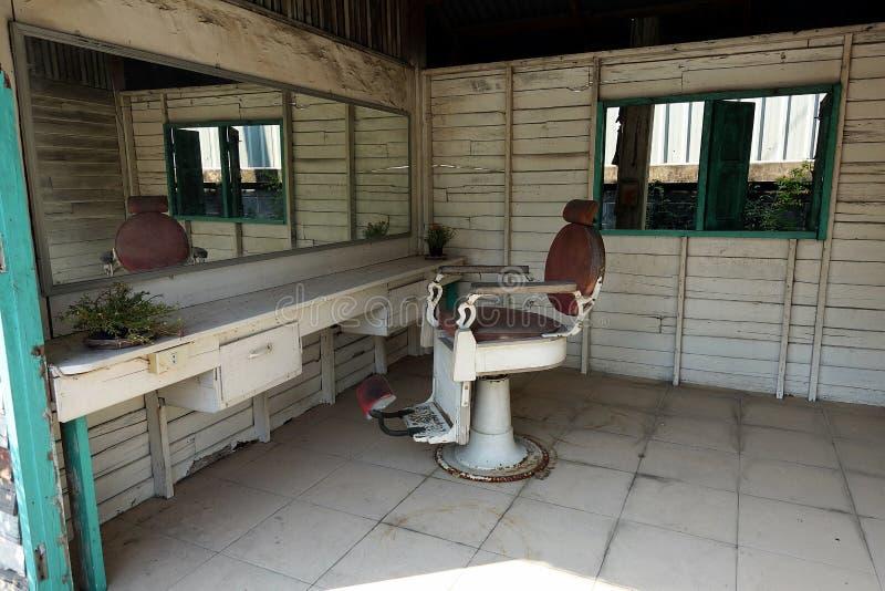 Een lege en verlaten kleine houten kapperswinkel stock foto