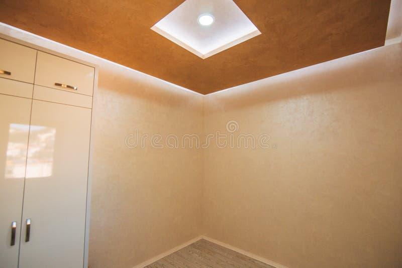Een lege flat zonder meubilair De flat wordt vernieuwd royalty-vrije stock afbeelding