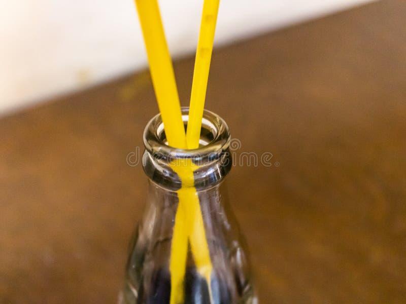 Een lege fles met het drinken van pijpen in een restaurant royalty-vrije stock afbeelding