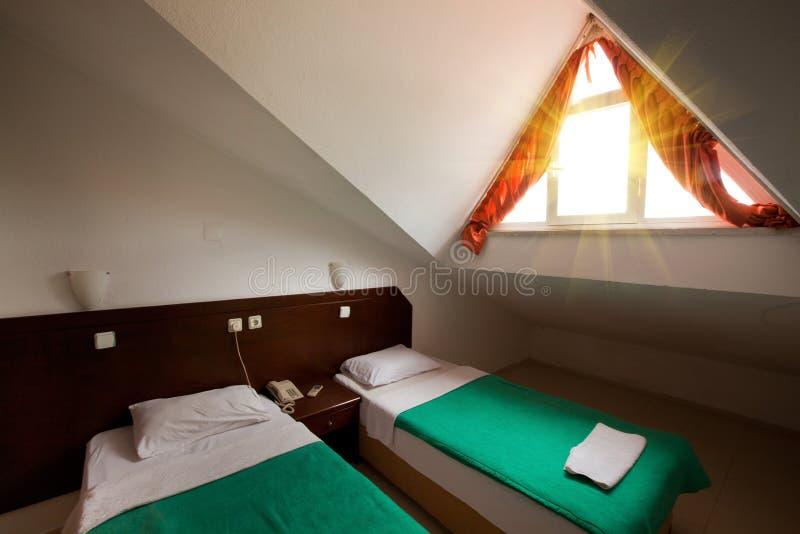 Een lege hotel of motelruimte in de zolder. royalty-vrije stock fotografie
